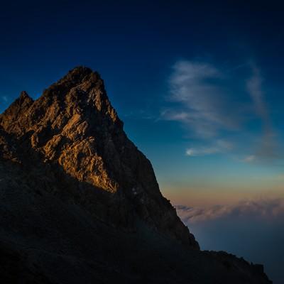 「夕暮れの光を浴びた雄々しく美しい槍ヶ岳」の写真素材