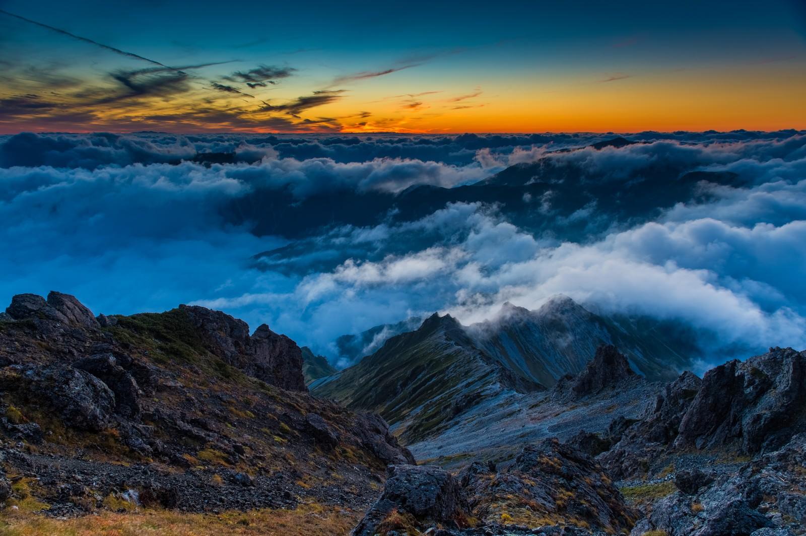 「夕焼けに彩られた西鎌尾根と雲海」の写真