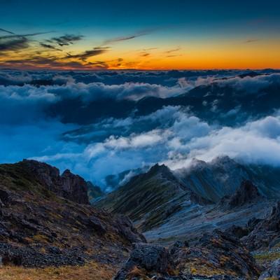 「夕焼けに彩られた西鎌尾根と雲海」の写真素材
