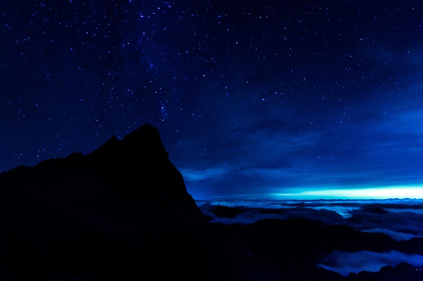 「槍ヶ岳からと満天の星と雲海槍ヶ岳からと満天の星と雲海」のフリー写真素材を拡大