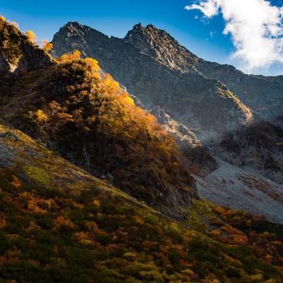 「北アルプスの岩肌と涸沢カールの紅葉」の写真素材