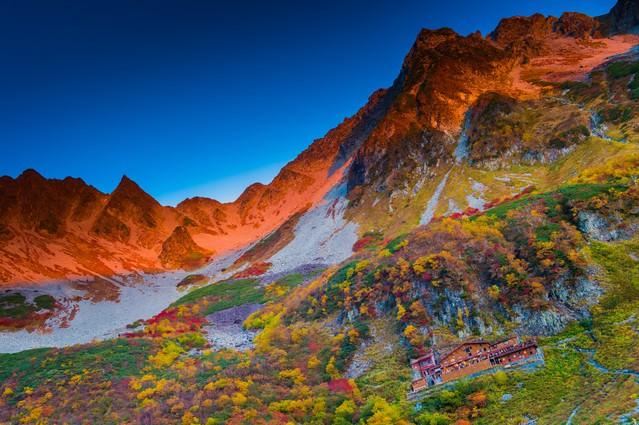 「紅葉の涸沢カールとモルゲンロート」のフリー写真素材