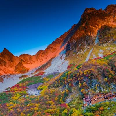 「紅葉の涸沢カールとモルゲンロート」の写真素材