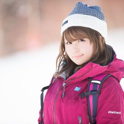 「薄着に見えて、実は完璧なレイヤリングで防寒対策バッチリな女性」の写真素材