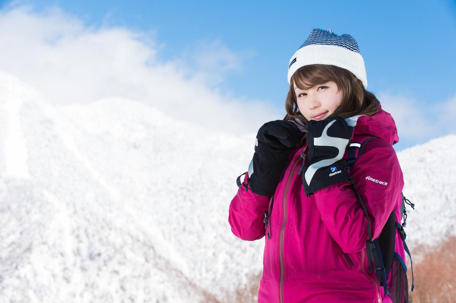 「自分の防寒対策の万全さをアピールする雪山ガール」の写真[モデル:茜さや]