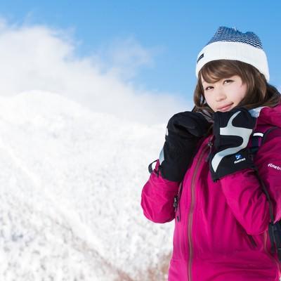 「自分の防寒対策の万全さをアピールする雪山ガール」の写真素材