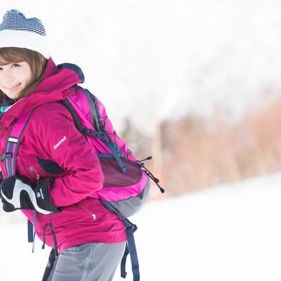 「「会社のWEBサイト404になっちゃった」とにこやかな美人WEB担当は雪山満喫中」の写真素材