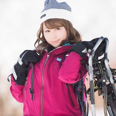 「私はスノーシュー持参だよ?とアピールする冬山美女」の写真素材