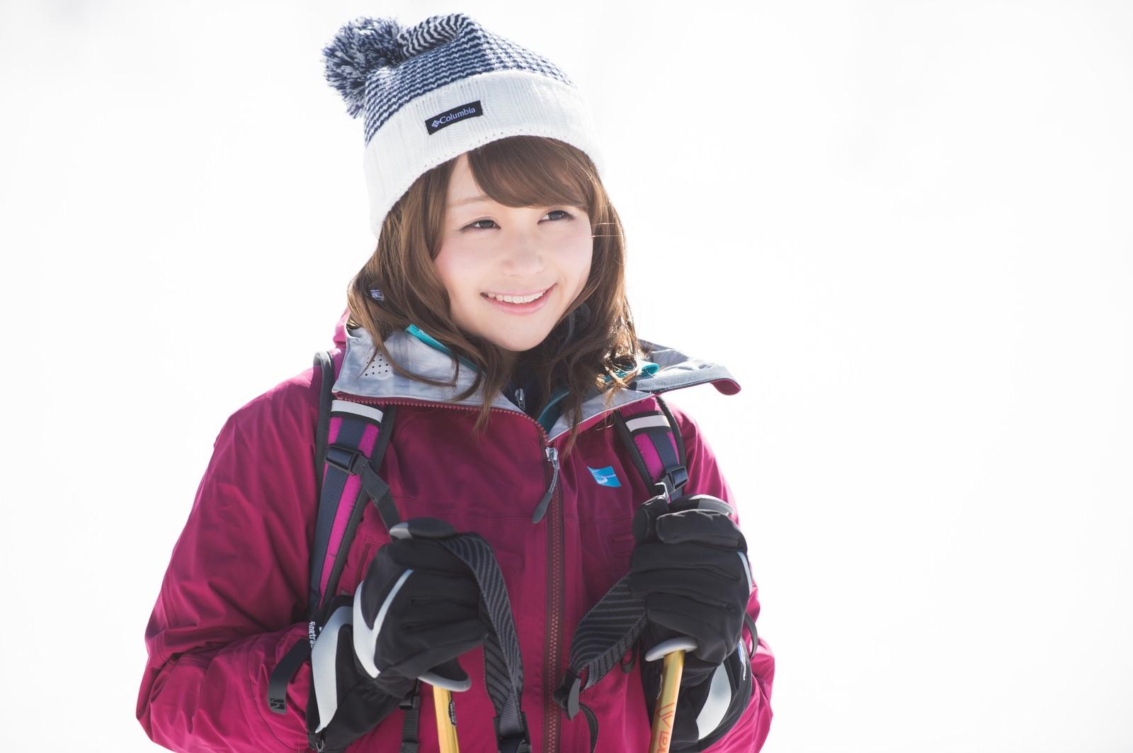 「雪景色に思わずニッコリ!冬の登山初体験の女性」の写真[モデル:茜さや]