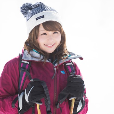 「雪景色に思わずニッコリ!冬の登山初体験の女性」の写真素材