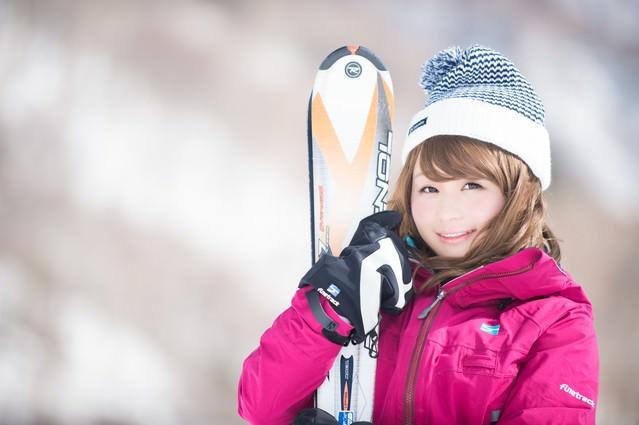 マイ・スキー板を抱きかかえるウィンターガールの写真