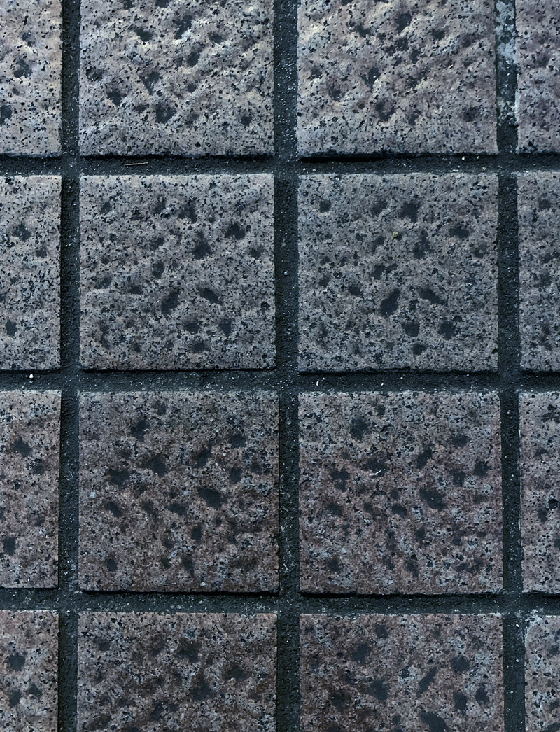 「凹みに汚れが染み付いたタイル(テクスチャ)」の写真