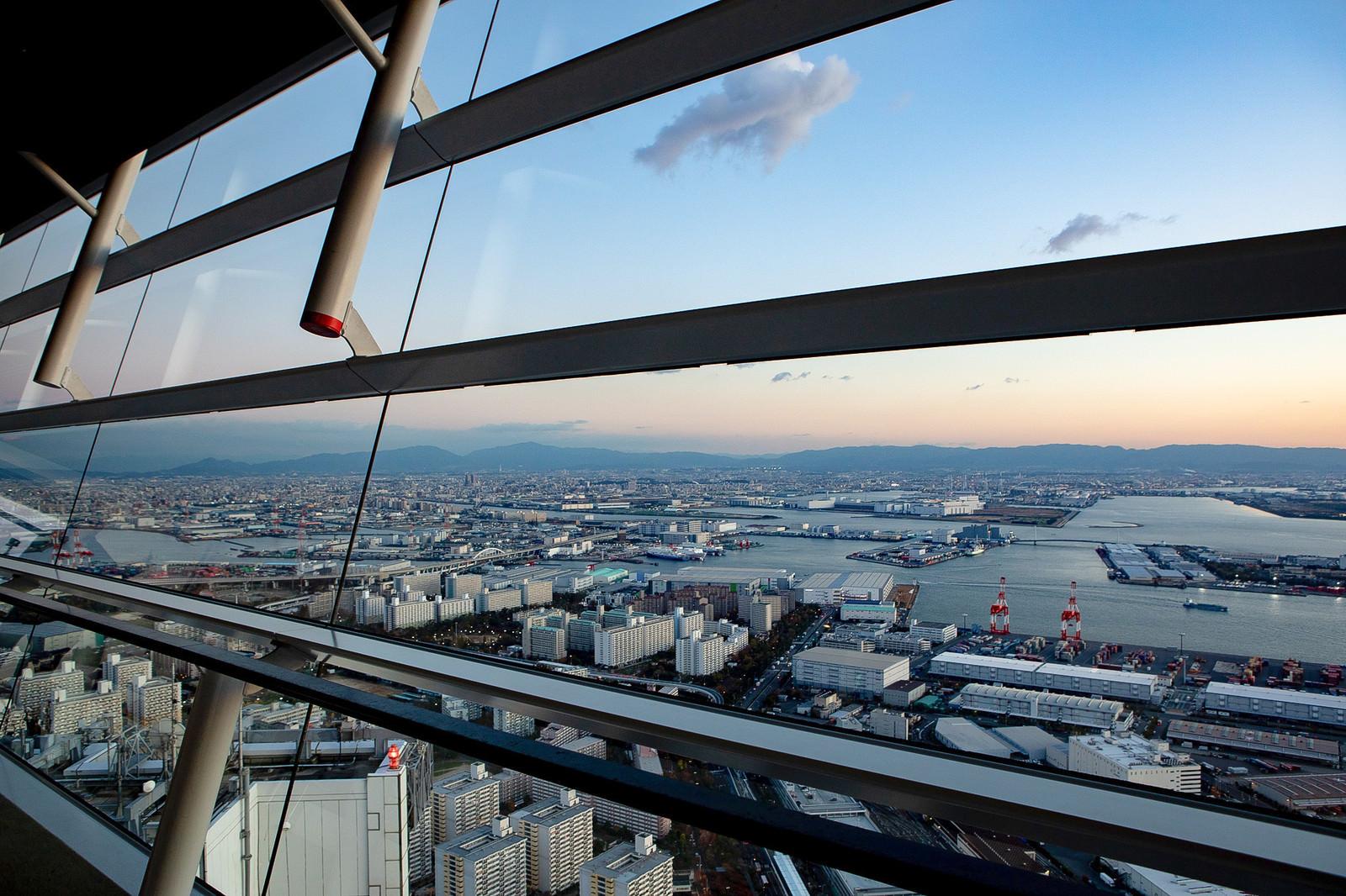 「コスモタワーのガラス越しの街並み(大阪府咲洲庁舎展望台)」の写真