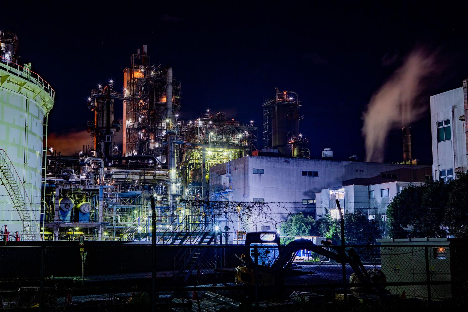 「川崎工場地帯の夜景と立ち上がる煙」の写真