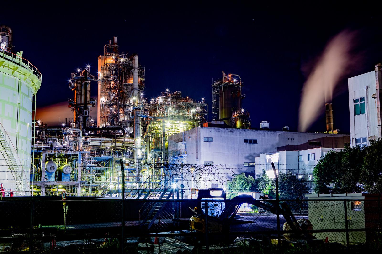 「明るく照らされた川崎工場地帯」の写真