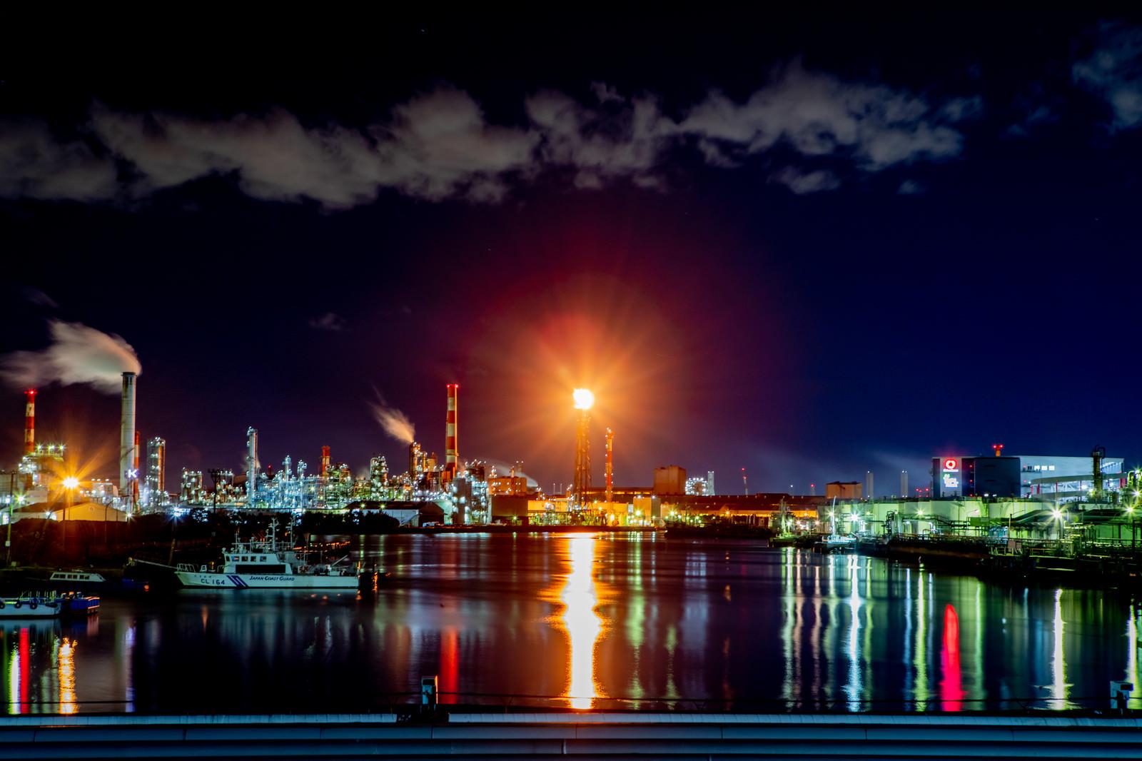 水面に映る川崎工場夜景とフレアスタックの写真(画像)を無料ダウンロード - フリー素材のぱくたそ