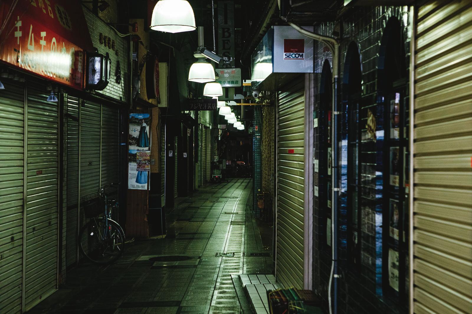 「閉店後のシャッター街路地」の写真