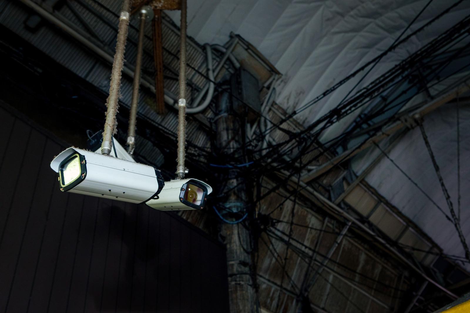 「周囲を監視する防犯カメラ」の写真
