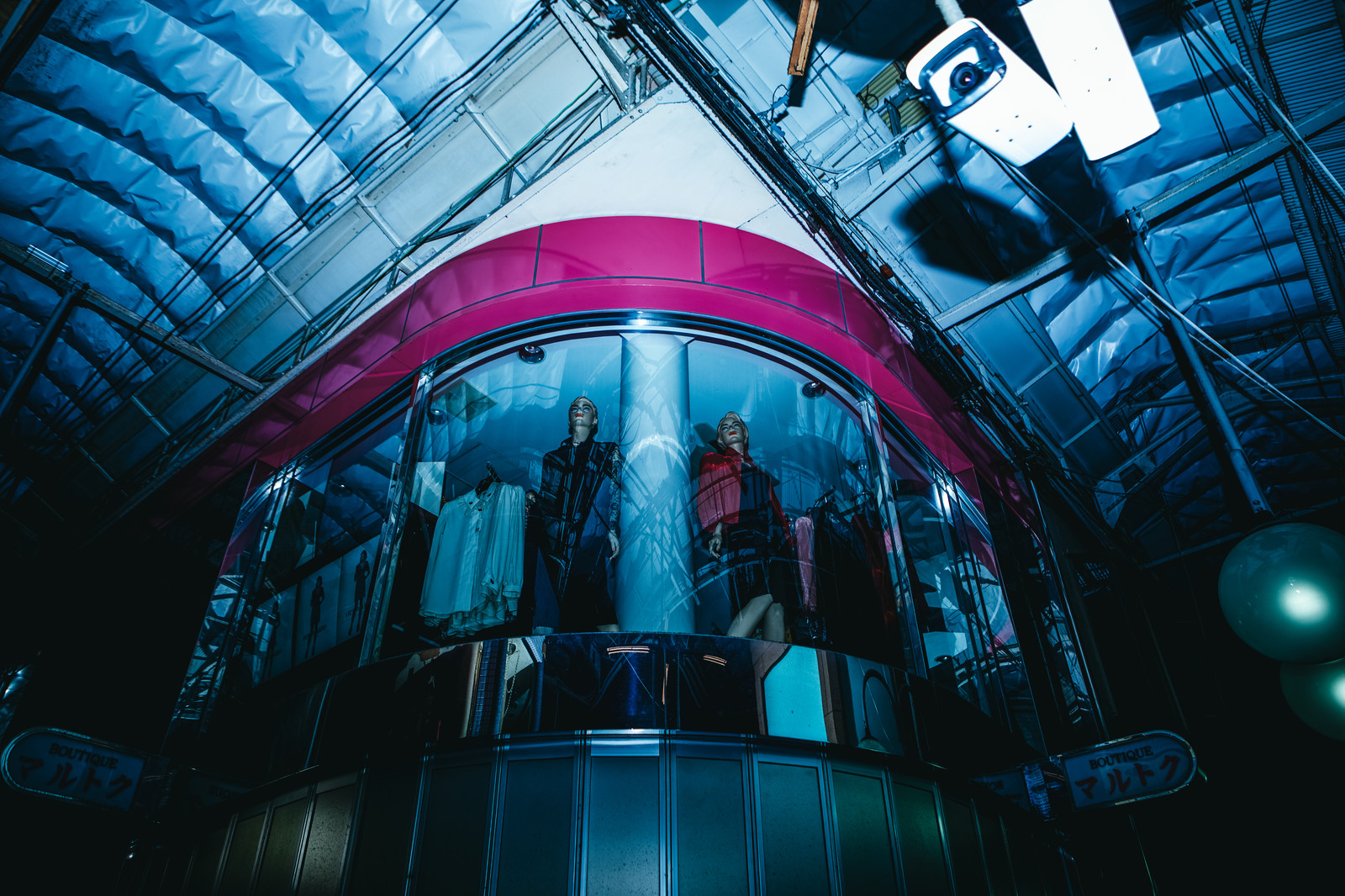 「深夜の商店街の監視カメラとアーケード」の写真