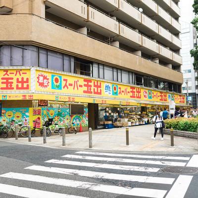 激安スーパーと街並みの写真