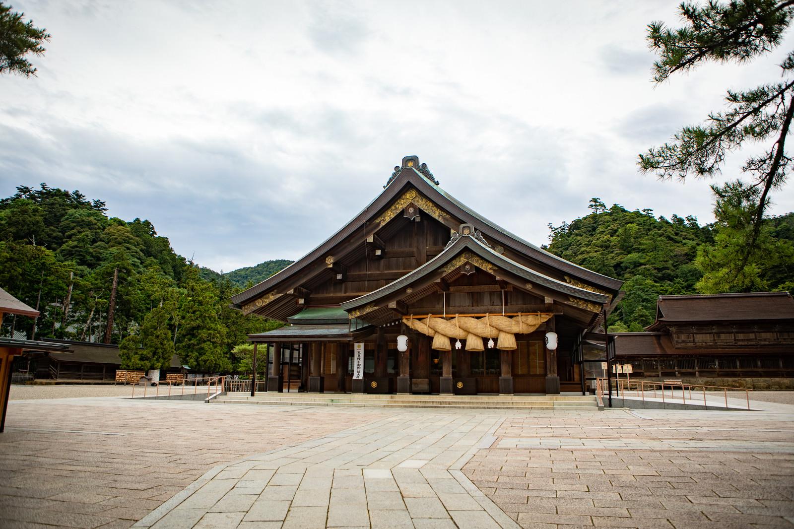 「出雲大社の神楽殿の様子」の写真