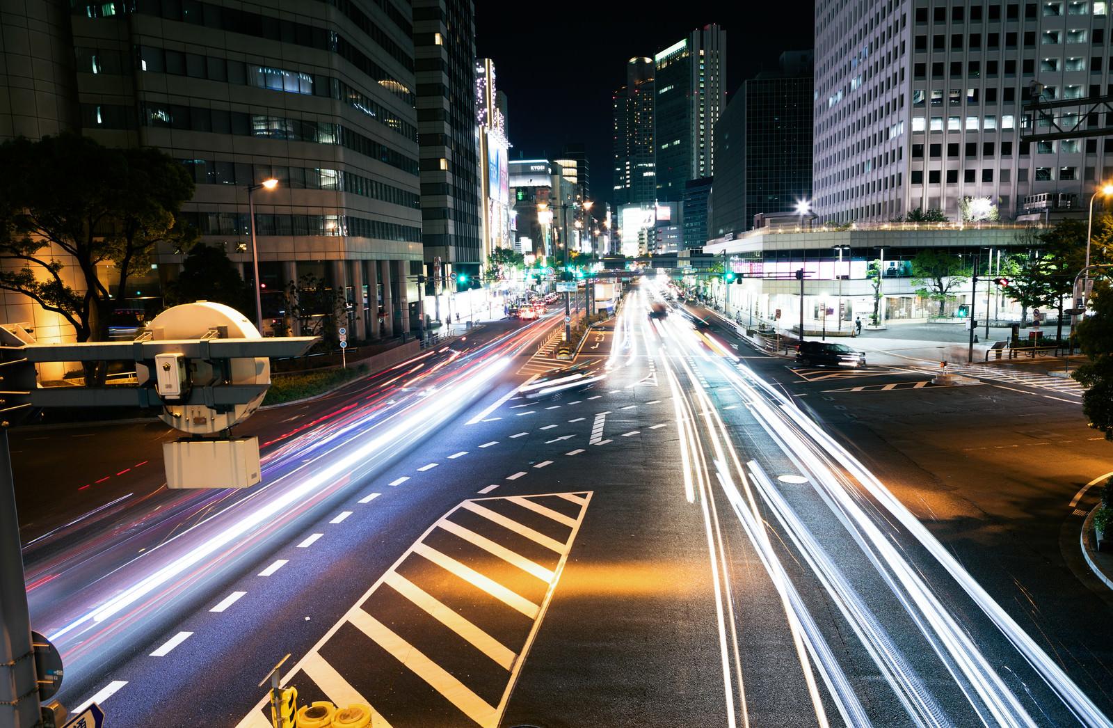 「直進する車の光跡」の写真