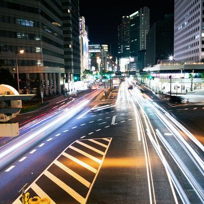 直進する車の光跡の写真