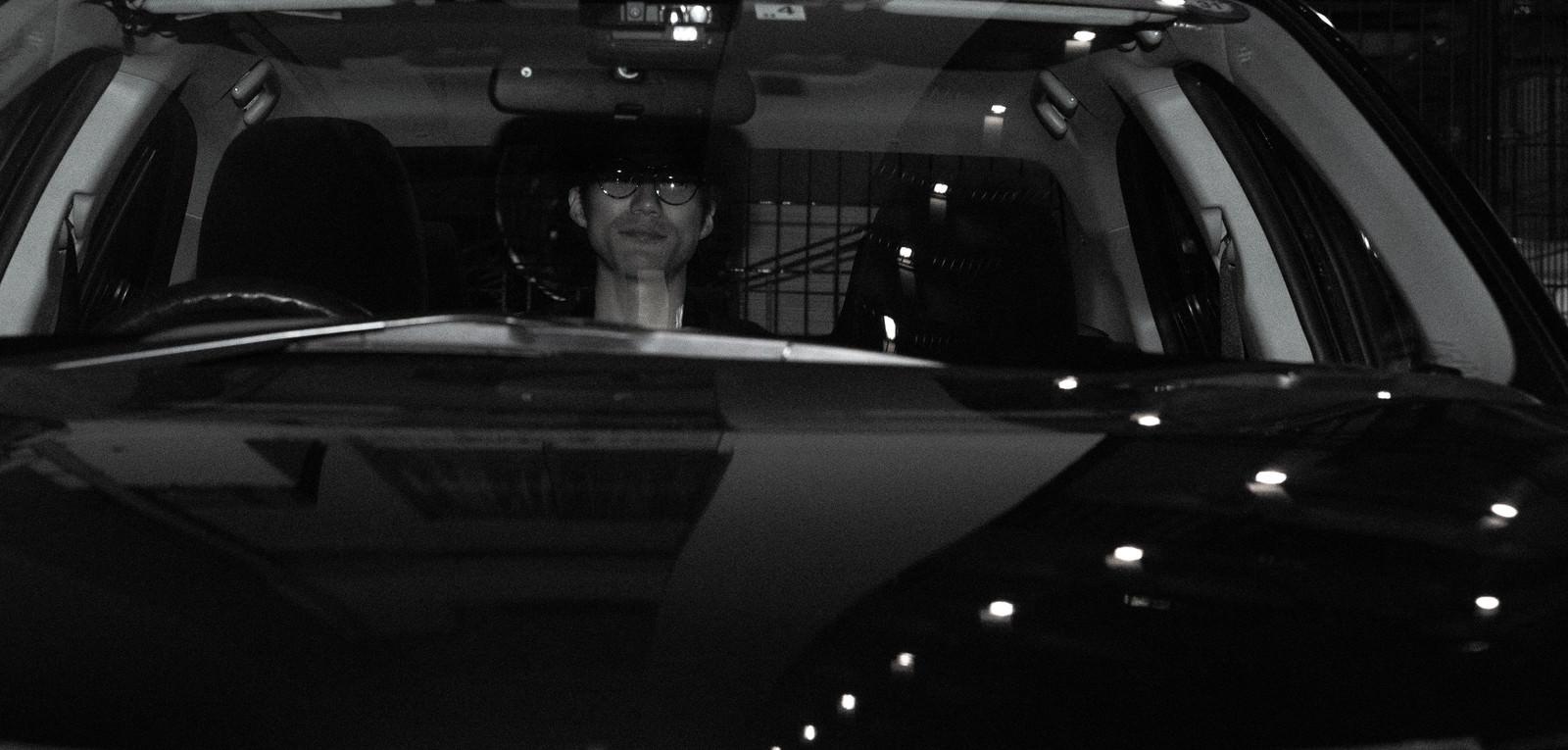 「後部座席に隠れてる人」の写真[モデル:村田裕章]