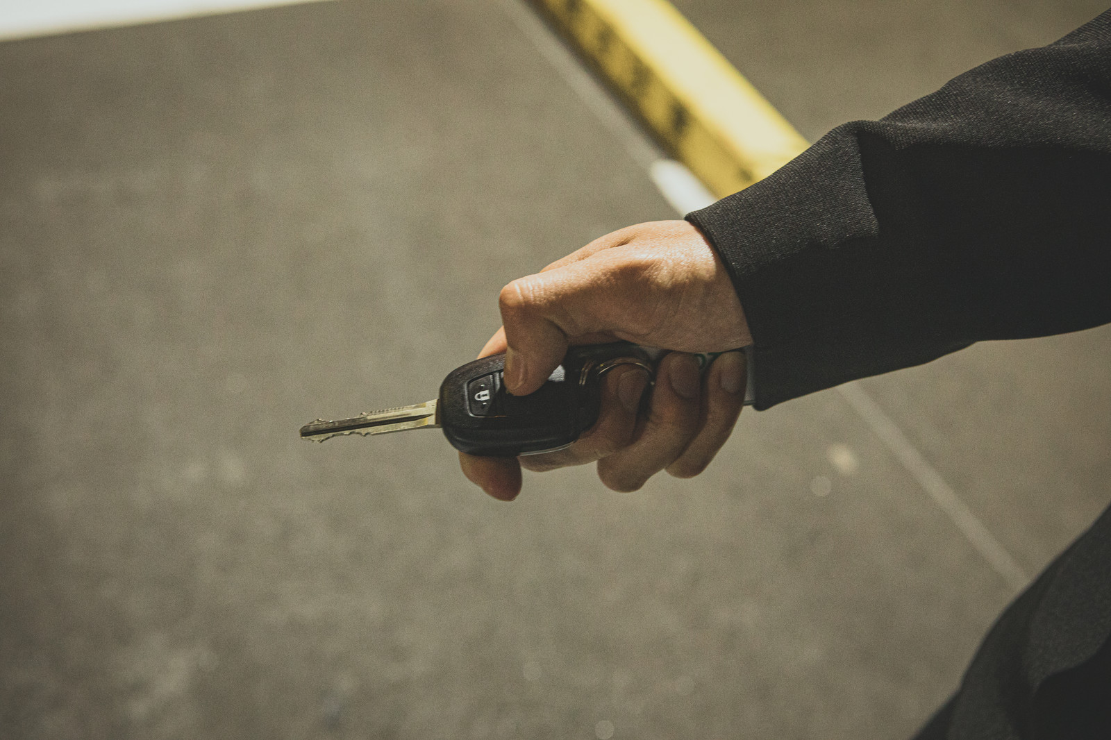 「スマートキーで車のロック解錠」の写真