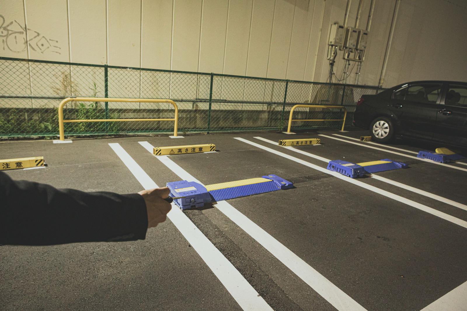 「駐車場に停めた自動車を解錠する」の写真