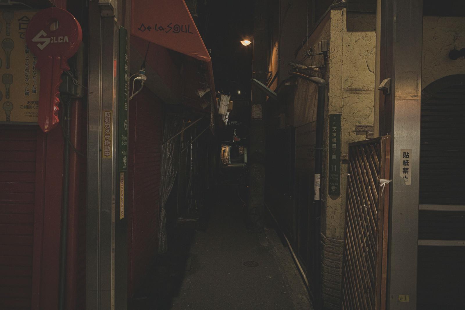 「閉店時間の路地裏」の写真