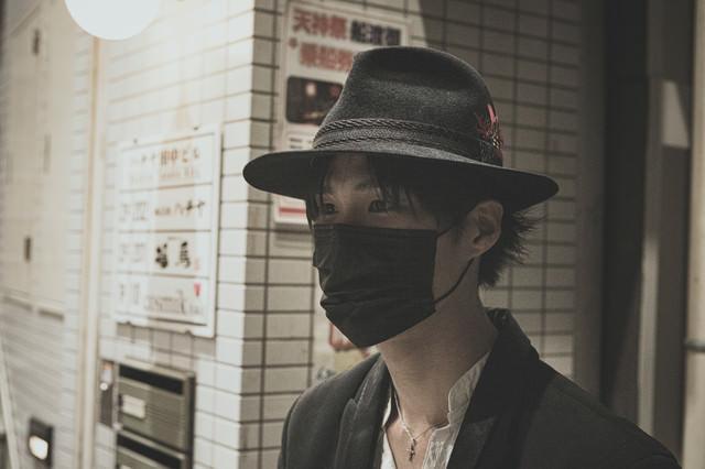 黒マスクをして出勤中の写真