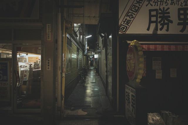 薄暗い路地裏の道の写真