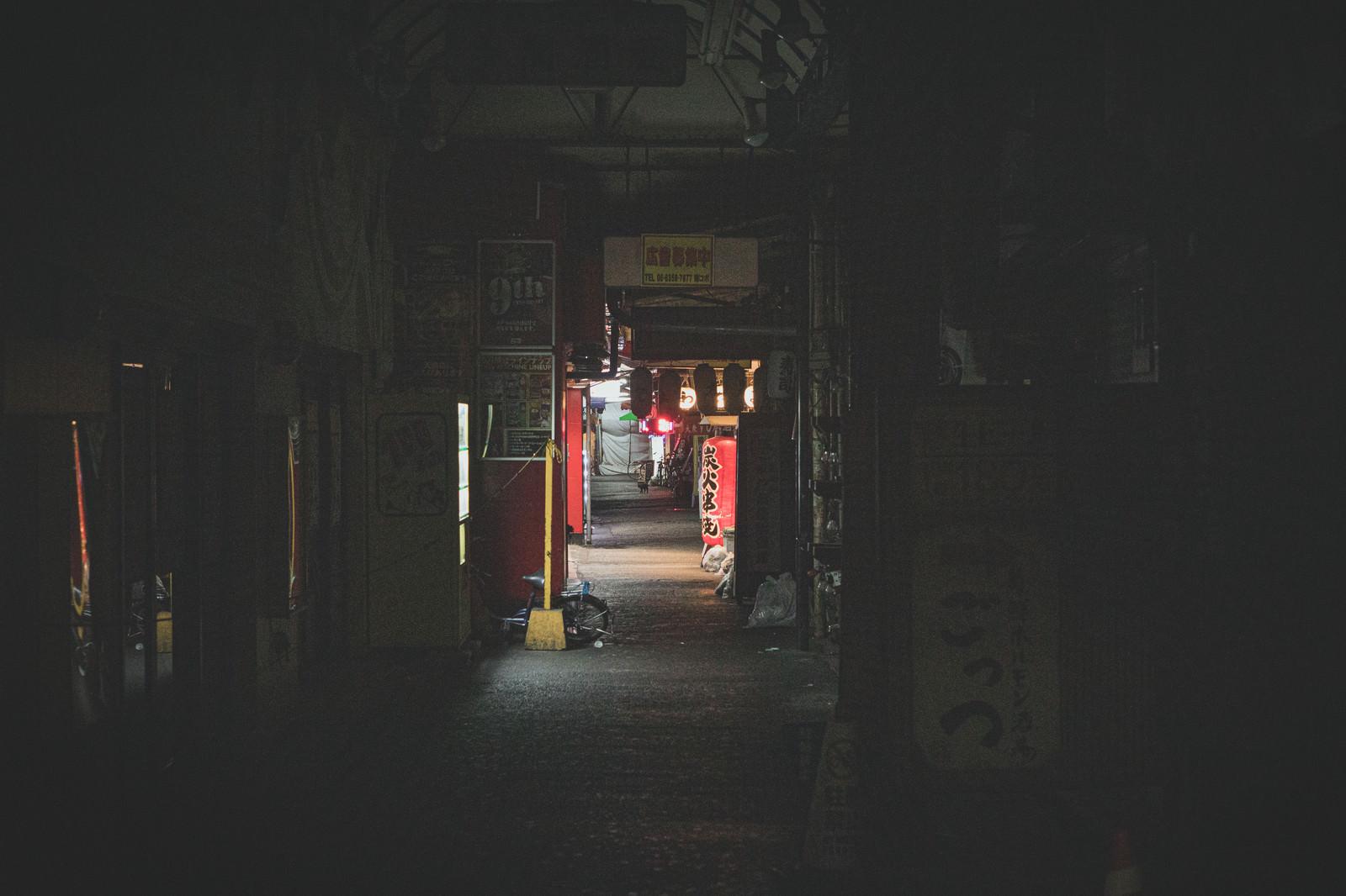 「店が閉まる深夜の飲み屋」の写真