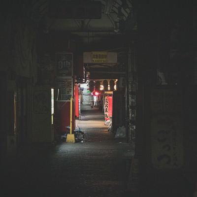 店が閉まる深夜の飲み屋の写真