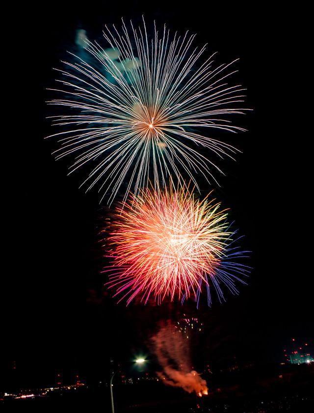 暗い夜空と打ち上げ花火の写真