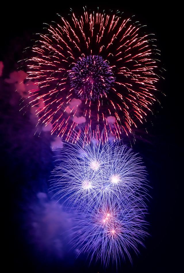 大小の打ち上げ花火の写真