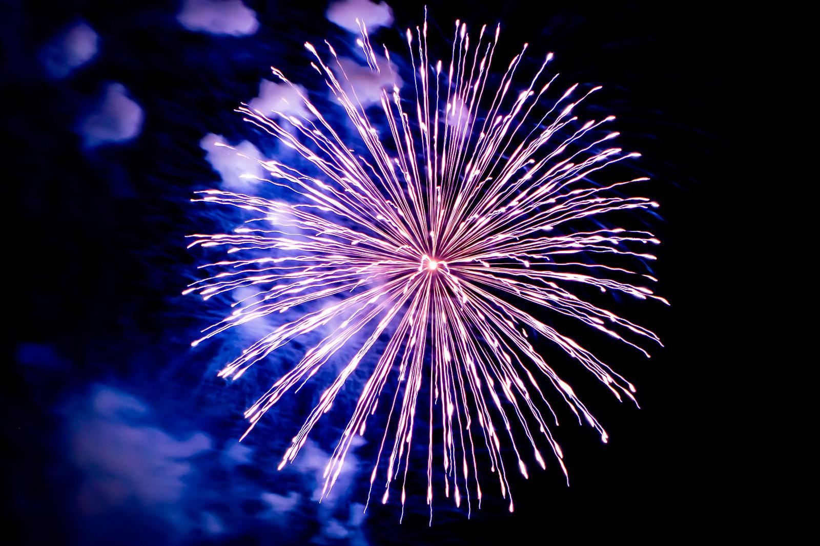 「丸く打ち上がる花火」の写真
