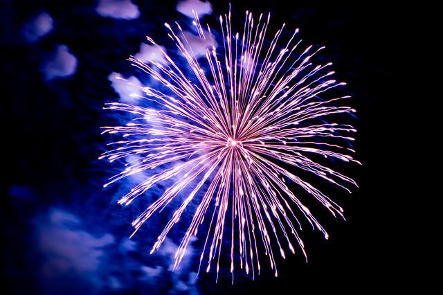 丸く打ち上がる花火の写真