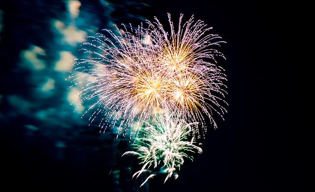 炸裂する花火の写真