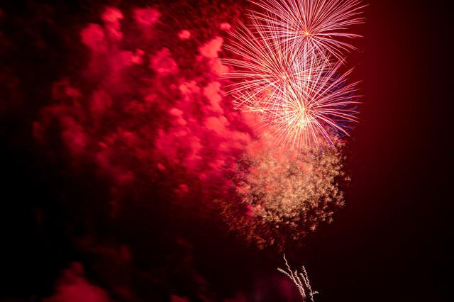 打上花火と煙の写真