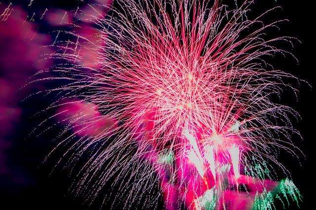 画面いっぱいの飛散花火の写真