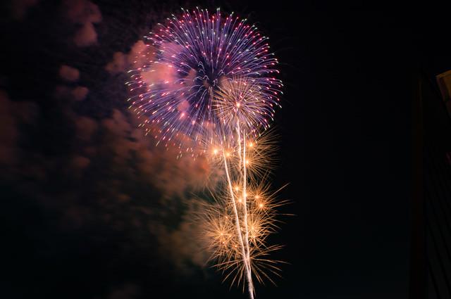 連なる打ち上げ花火の写真