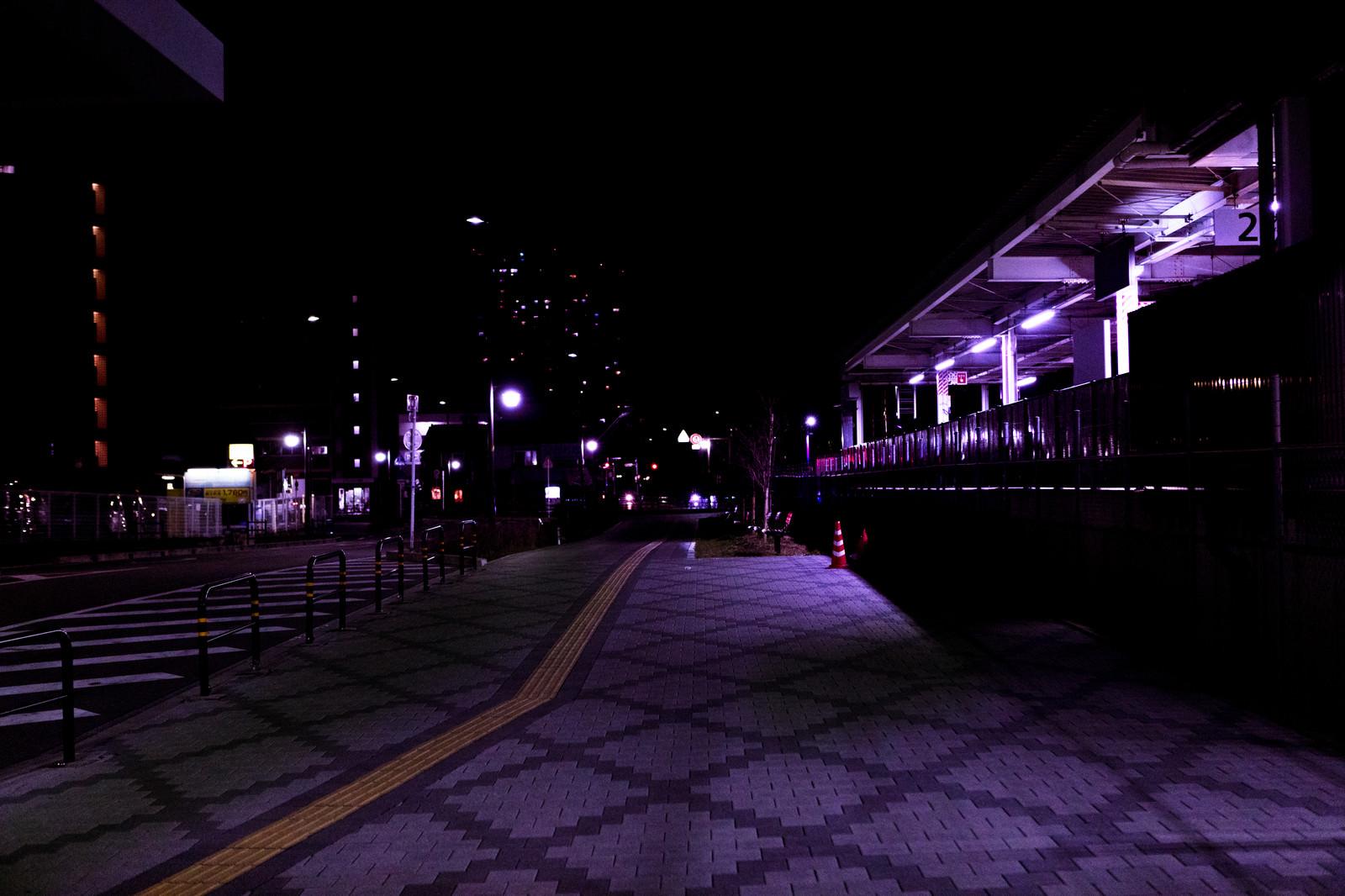 「誰もいない深夜の駅前の歩道」の写真