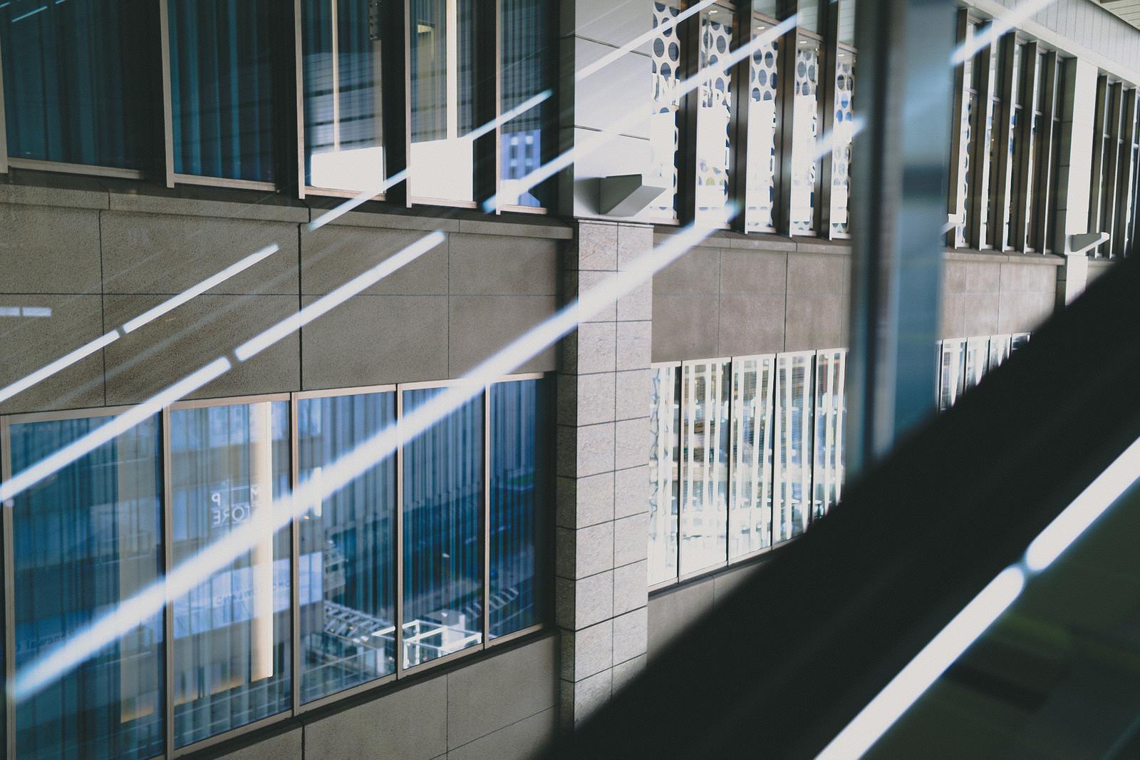 「ガラスに反射する蛍光灯の明かり」の写真