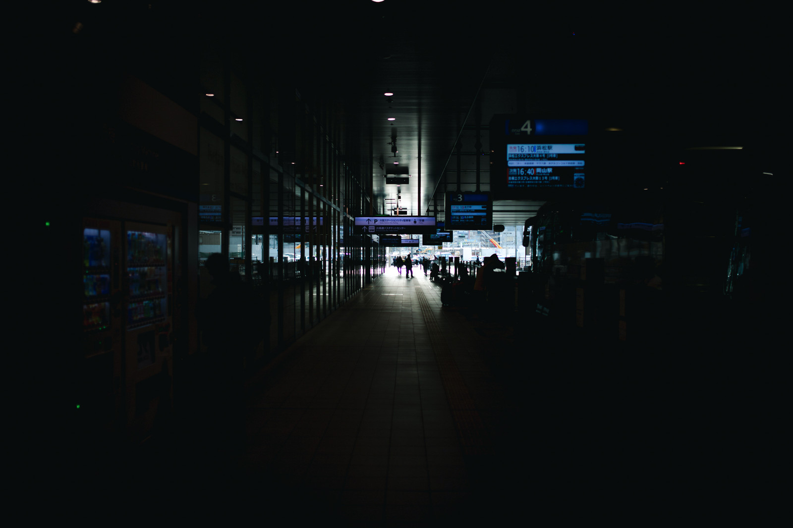 「バスターミナルの歩道」の写真