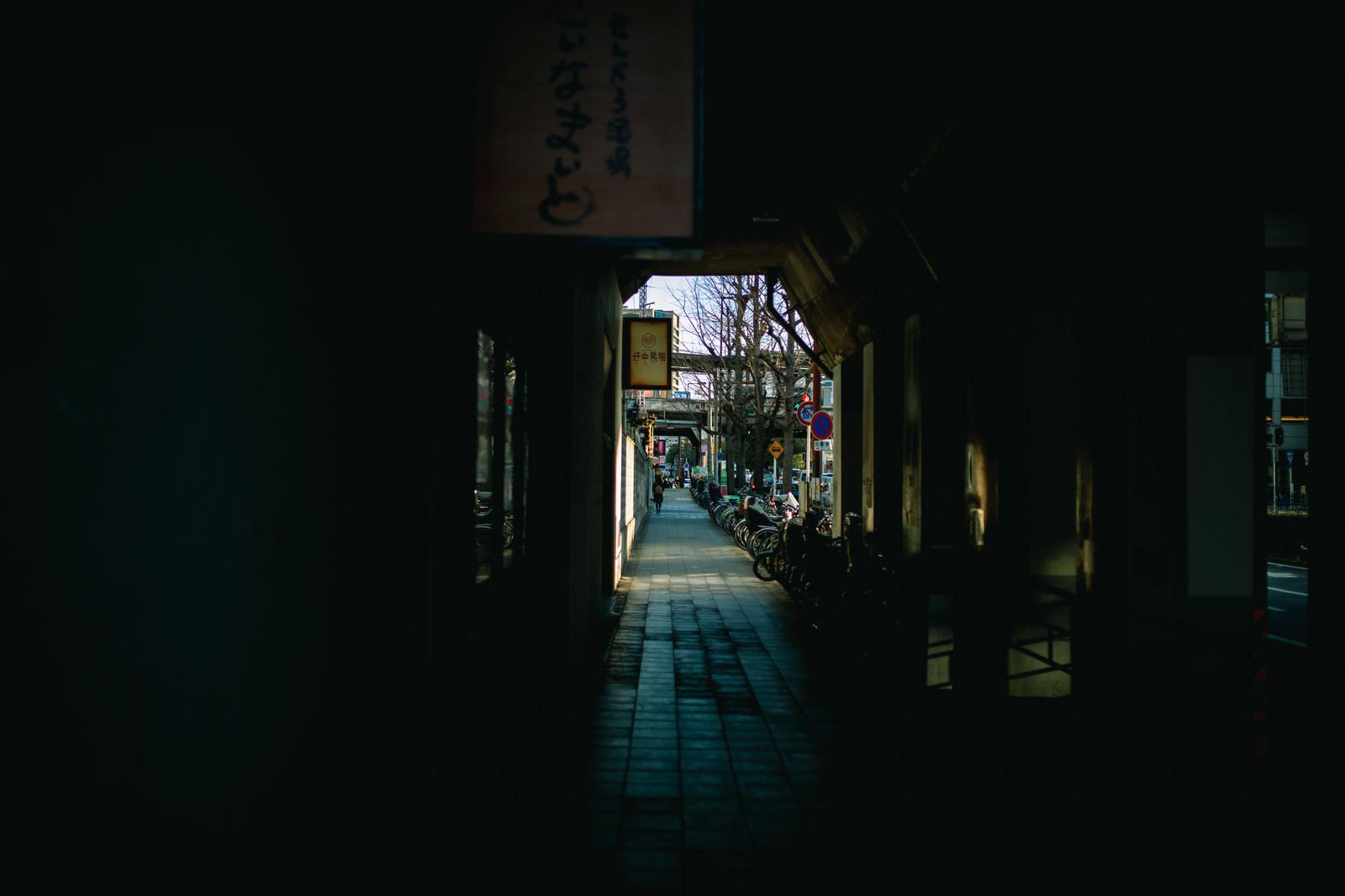 「駅へと続く歩道沿いの駐輪スペース」の写真