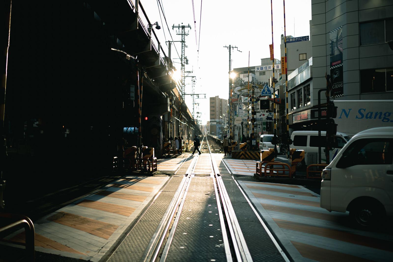「高架下へ続く踏切」の写真