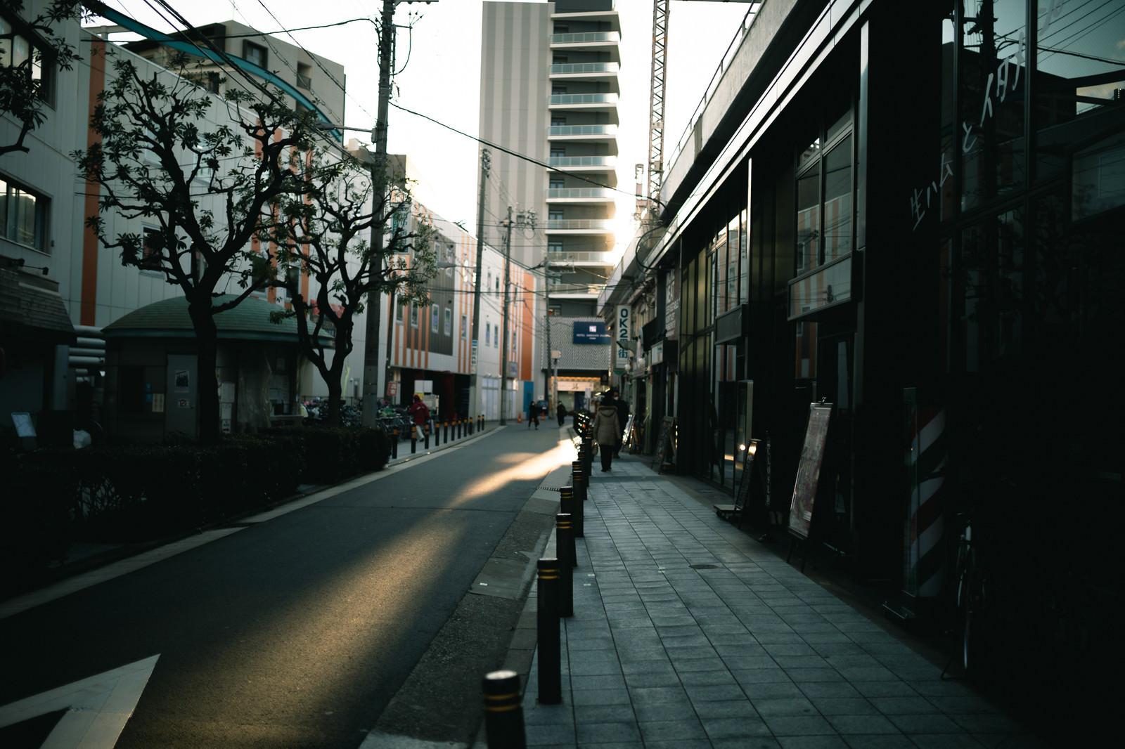 「路地に並ぶ店舗」の写真