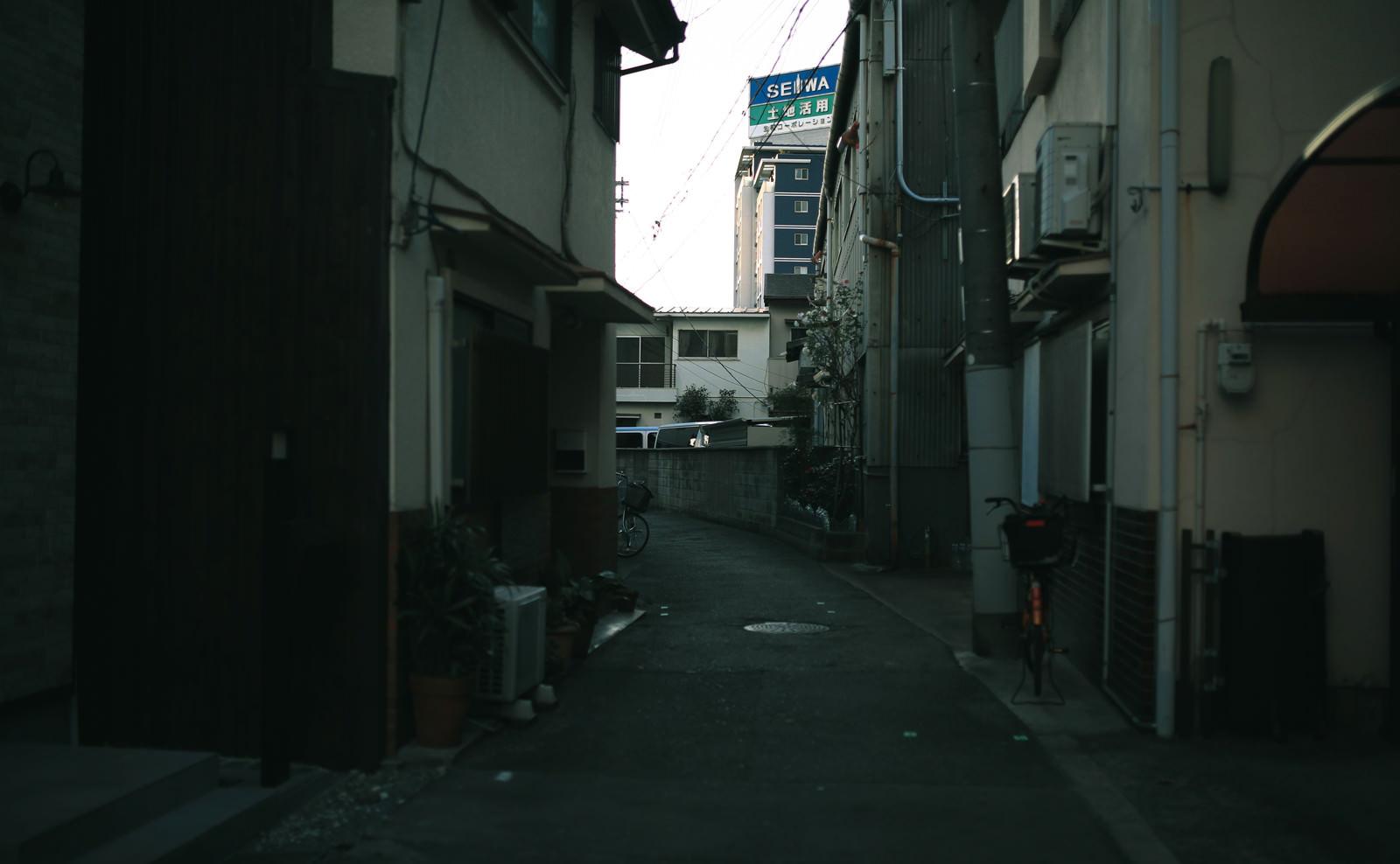 「誰もない狭い裏路地」の写真